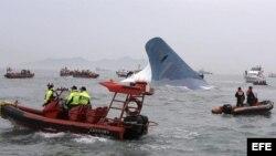 Transbordador zozobra en Corea del Sur. Labores de rescate.