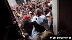 Damas de Blanco al intentar salir de la sede del Movimiento en Calle Neptuno Centro Habana, enfrentando un mitin repudio.