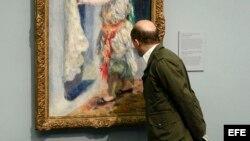 Hombre observando una pintura de Renoir