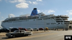 El crucero británico Thompson Dream, uno de los más grandes que ha atracado en el puerto de La Habana. Archivo.