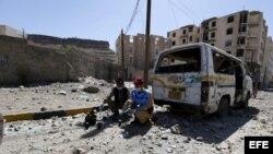 Artificieros yemeníes recuperan minas y explosivos del lugar donde se produjo un bombardeo supuestamente de la coalición liderada por Arabia Saudí contra un depósito de misiles controlado por los hutíes en Saná (Yemen), 22 de abril.
