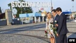 El candidato presidencial estadounidense por el partido Republicano, Mitt Romney (c), su esposa Ann Romney (i), e hijo Josh Romney depositan una ofrenda floral el lunes 30 de julio de 2012, en el Monumento a los Caídos del Astillero de 1970, en Gdansk (Po