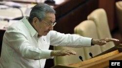 El gobernante de Cuba, Raúl Castro, asiste a la sesión de clausura de la Asamblea cubana, en La Habana (Cuba).