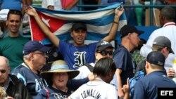 Un aficionado cubano con la camiseta de Industriales y la bandera cubana.