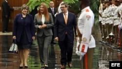 Lis Cuesta (i), esposa del gobernante cubano, Miguel Díaz-Canel; la primera dama de Venezuela, Cilia Flores (c); y el canciller cubano, Bruno Rodríguez (d).