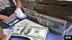 Archivo - Puesto de cambio de divisas en Yangon, Myanmar.