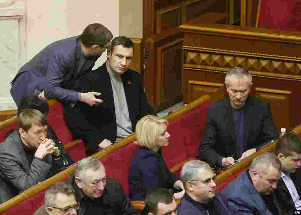 El líder del partido opositor ucraniano UDAR, Vitali Klitschkó, (2-i, arriba) asiste a una sesión extraordinaria en el Parlamento de Kiev.