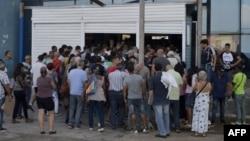 El público espera su turno a la entrada de una de las tiendas abiertas el lunes en La Habana. (Foto: Yamil Lage/AFP).