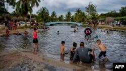Cubanos disfrutan de la playa en Mayabeque a pesar del COVID-19