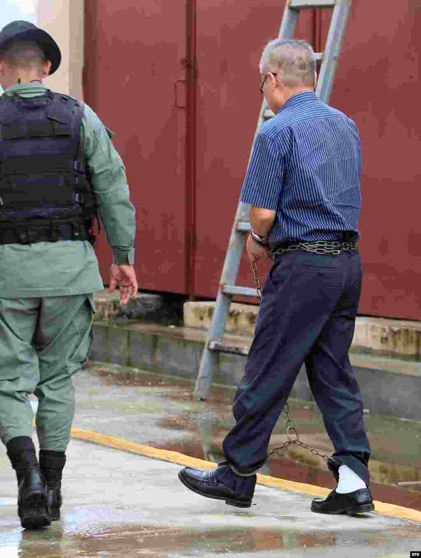 Un oficial norcoreano (d) del buque norcoreano detenido en 2013 en Panamá con un arsenal cubano no declarado, a su llegada hoy, miércoles 4 de junio de 2014, al Tribunal Tercero del Circuito Judicial de la ciudad de Colón, donde se celebra la audiencia pre