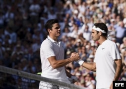 Raonic y Federer se saludan tras finalizar el partido de cuartos de final en Wimbledon.