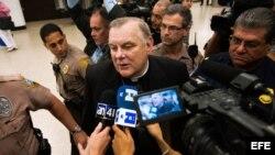 Archivo - El arzobispo de Miami, Thomas Wenski (c), habla con los periodistas a su llegada al Aeropuerto Internacional de Miami, Florida (EEUU).