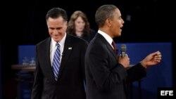 El candidato republicano, Mitt Romney (i), y el presidente y candidato demócrata, Barack Obama (d), participan en el segundo debate