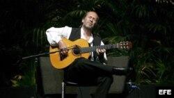Fotografía de archivo tomada el 29 de noviembre de 2007 que muestra al guitarrista y compositor flamenco Paco de Lucía durante su concierto en el Campo Pequeño de Lisboa (Portugal).