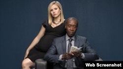 """Los protagonistas de """"House of Lies"""" Don Cheadle and Kristen Bel. (Showtime)"""