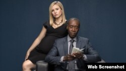 "Los protagonistas de ""House of Lies"" Don Cheadle y Kristen Bel. (Showtime)"