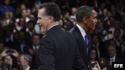 El presidente Barack Obama, candidato demócrata, se cruza con el aspirante republicano, Mitt Romney.