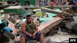 Cubanos se recuperan el 5 de octubre de 2016, de los destrozos y estragos causados por el paso del huracán Matthew en Baracoa, provincia de Guantánamo (Cuba).