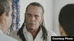 El actor Luis Alberto García (c) en el personaje de Nicanor de la serie de cortometrajes críticos de Eduardo del Llano.