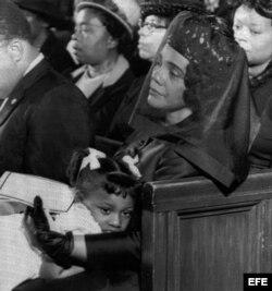 La esposa Martin Luther King, Coretta Scott King, conforta a su hija Bernice, durante el funeral de su marido en la iglesia Edenhaëser de Atlanta.