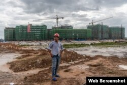 Obrero en zona donde se realiza un proyecto de China en Camboya (© Adam Dean/The New York Times)