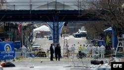Archivo - Investigadores trabajan cerca de la meta de la Maratón de Boston en donde se produjeron dos explosiones.