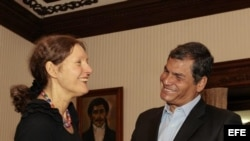 El presidente de Ecuador, Rafael Correa (d), saluda a Christine Assange (i), madre del fundador de WikiLeaks, Julian Assange, hoy, miércoles 1 de agosto de 2012, en el Palacio de Gobierno, en Quito (Ecuador). EFE/JOSÉ JÁCOME