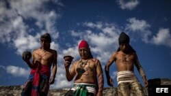 Tres hombres participan en un juego de pelota maya en ruina hoy, jueves 20 de diciembre de 2012, en el sitio arqueológico Mixco Viejo, localidad de San Martín Jilotepeque, en el departamento de Chimaltenango (Guatemala).