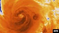 Imagen por satélite del huracán Sandy, cedida por la Administración Nacional de Océanos y Atmósfera (NOAA, en sus siglas en inglés) del 25 de octubre de 2012.