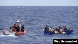 Guardacostas del escampavías Kathleen Moore interceptan un bote con balseros cubanos en aguas de la Florida.