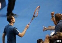 El tenista escocés Andy Murray regala su raqueta rota a uno de sus seguidores tras ganar contra el francés Stephane Robert.
