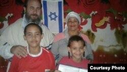 Olaine Tejada junto a su familia.
