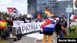 Manifestación de cubanos en Estrasburgo Francia, ante la sede del Parlamento Europeo.