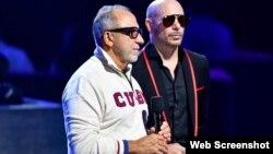 Emilio Estefan junto a Pitbull en la entrega de Premios Juventud 2021, en el Wastco Center, de UM.