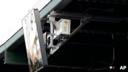 """Un dispositivo de radar emplazado en el techo del PeoplesBank Park de York, Pensilvania, como parte de un sistema de """"umpire robot"""" estrenado en el Juego de Estrellas. Foto AP/Julio Cortez."""
