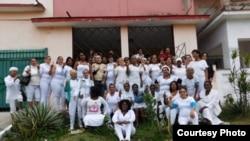 Las Damas de Blanco se toman una foto frente a la sede de su movimiento en Lawton.