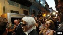 Muestra de fotos previo al desfile de Chanel en La Habana.