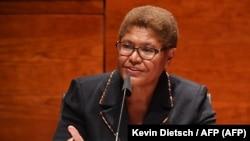 La congresista Karen Bass el 17 de junio de 2020 en una audiencia sobre la justicia y la policía (Kevin Dietsch / AFP).