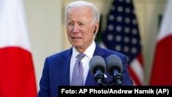 El presidente Joe Biden escucha durante una conferencia de prensa con el primer ministro japonés Yoshihide Suga en el jardín de rosas de la Casa Blanca, el viernes 16 de abril de 2021. Foto: AP Photo/Andrew Harnik/Archivo.
