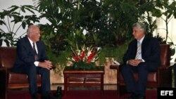 El senador demócrata Patrick Leahy se reunió en junio con el primer vicepresidente de Cuba, Miguel Díaz-Canel (i-d).