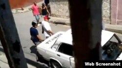 Momento de la detención de Ebert Hidalgo Cruz. (Captura de video/UNPACU)