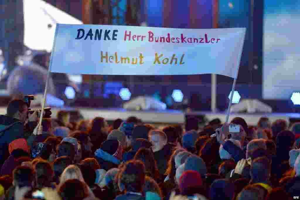 Gracias Señor Canciller Helmut Kohl, decía una pancarta.