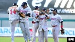 Los jugadores de República Dominicana celebran la victoria ante Puerto Rico por 6-2, en el estadio Sonora de la ciudad de Hermosillo (México).