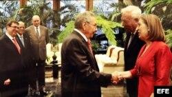 Raúl Castro saluda en el Palacio de la Revolución de La Habana al ministro español de Exteriores, José Manuel García-Margallo (2d) y a la ministra española de Fomento , Ana Pastor (d).
