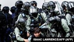 La policía usa spray pimienta contra un manifestante en Hong Kong, enero 5, 2020.
