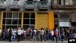 Cubanos hacen una larga fila para comprar pan en La Habana.