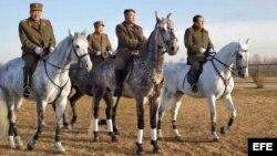Kim Jong-un (c) montando a caballo durante una visita a un centro de entrenamiento de una compañía de caballería del Ejercito de Corea del Norte.