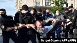 La policía en Minsk arresta a un manifestante el 19 de junio de 2020