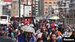 Miles de personas se aglomeraron en las paradas de autobuses o regresaron caminando a sus casas tras el apagón.