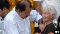 El presidente de Nicaragua Daniel Ortega entrega, la orden Independencia Cultural Rubén Darío a Margot Honneker (2008). Archivo.